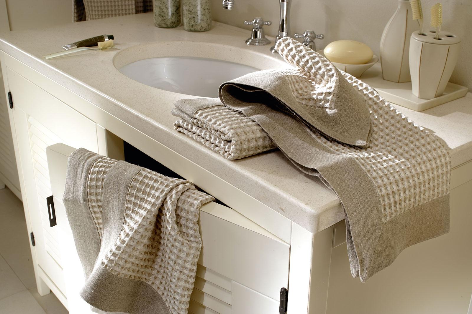 Bagni moderni particolari berloni bagno shows in its elegance of shapes and geometries in - Specchi particolari per bagno ...